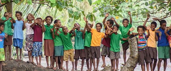 Glada barn i regnskog
