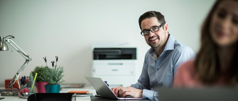 Man-sat-at-desk-with-laptop