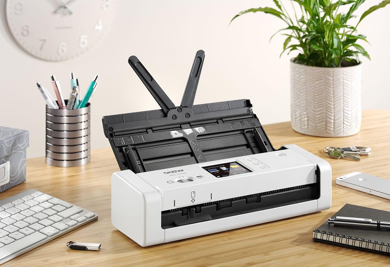 En vit skanner står på ett skrivbord