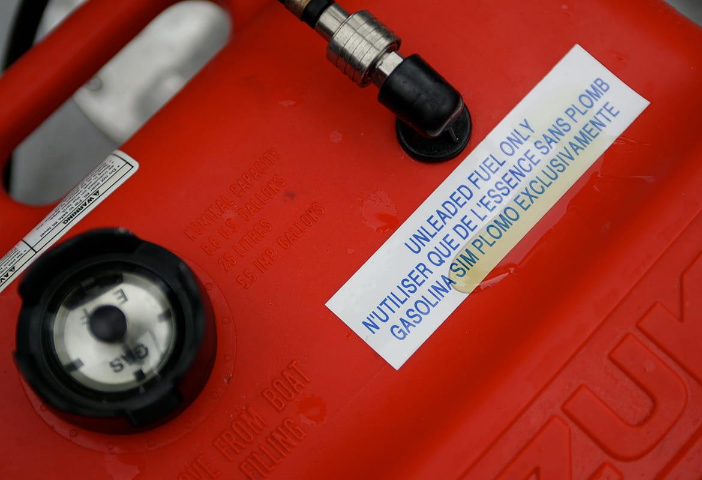 Hållbar P-touch TZ-tape etikett på en bensintank med utspillt bränsle på etiketten
