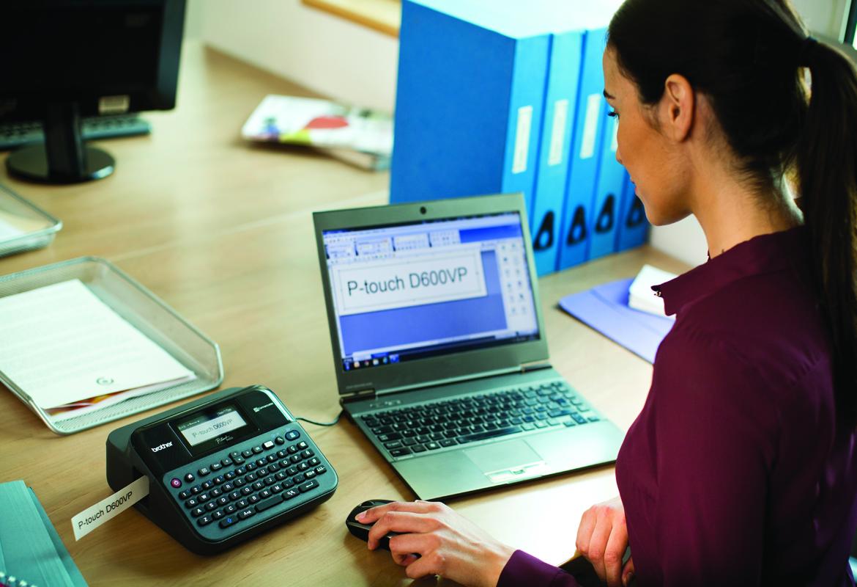 Kvinna som använder en Brother PT-D600 märkmaskin