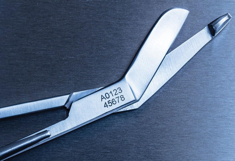 Medicinsk sax i rostfritt stål etsad med ett spårningsnummer med Brother stenciltape och elektrokemisk