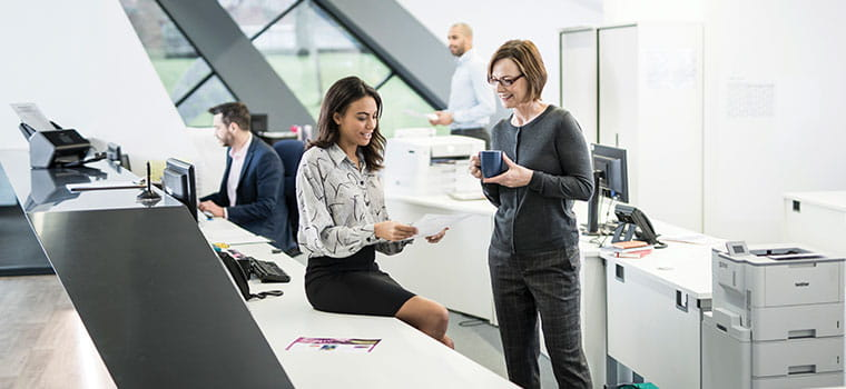 Två kvinnor på ett kontor