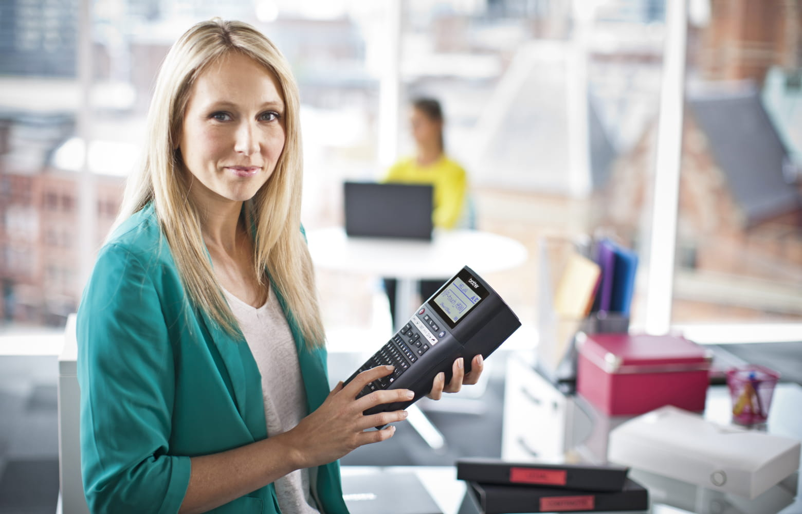 Kvinna i butik med Brother P-touch märkmaskin