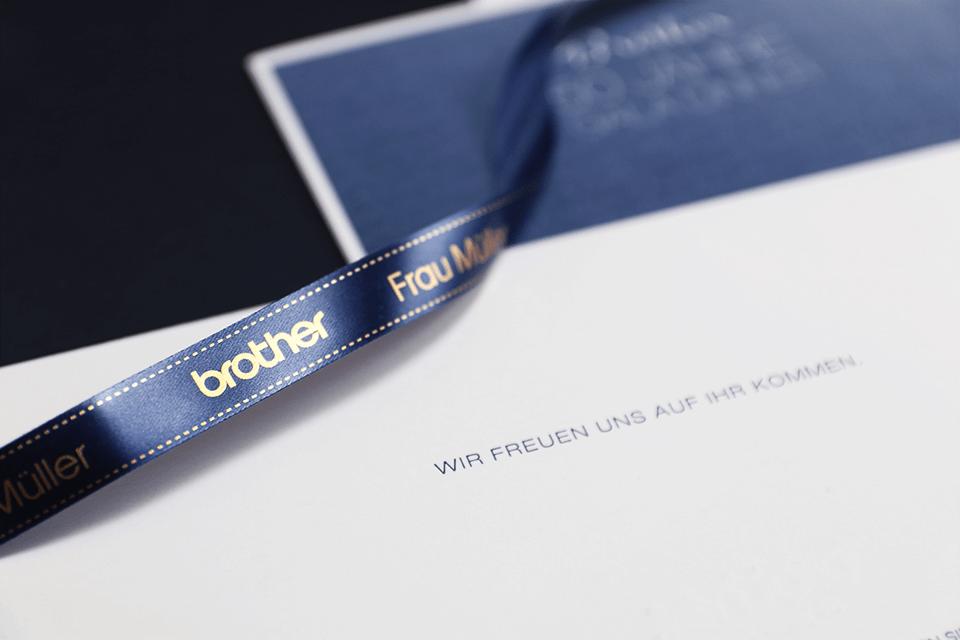 Brother TZe-RN34 original  satinband – guldtext på blå botten, 12 mm bred 4